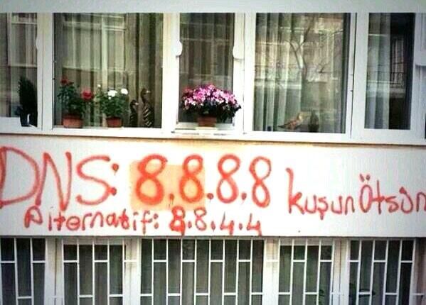 Les adresses IP des serveurs DNS de Google, sur un mur en Turquie, pour échapper à la censure d'État